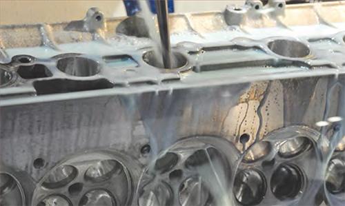 Mithilfe von Kanalflächen- oder Solid-Daten werden genaue und effiziente Werkzeugwege zur Fertigung von Kanälen in Zylinderköpfen erzeugt. Unnötige Bewegungen auf der Maschine werden minimiert, wodurch hocheffiziente Werkzeugwege für überragende Oberflächenqualität erzeugt werden.